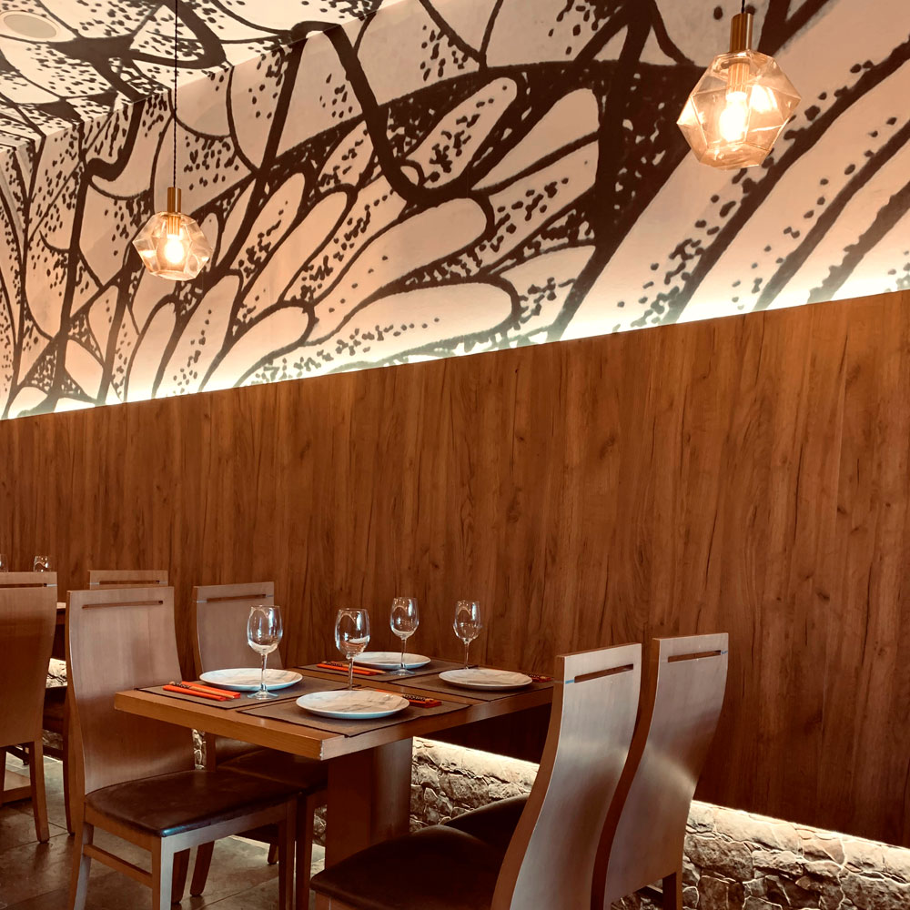 Detalle mesas de interior restaurante japonés Yamazaki